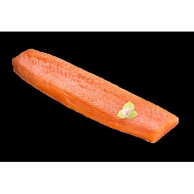 Pieza de solomillo de salmón noruego ahumado envasado al vacío.